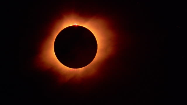 Total solar eclipse becoming glare as sun appears / Hawaii