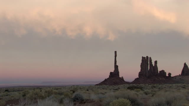 WS, Totem Pole formation at sunset, Monument Valley Navajo Tribal Park, Utah, USA