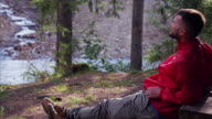 Touristische genießen Blick auf Wald und Wasserfall