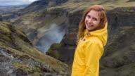 Toeristische verkennen van IJsland, bewonderen haar canyons