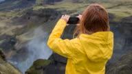 Toeristische verkennen van IJsland, nemen foto's van de ravijnen