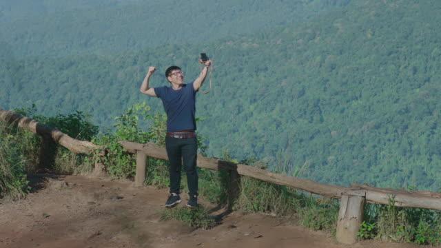 Touristen machen Selfies auf Doi Pui-Aussichtspunkt, Chiang Mai, Thailand