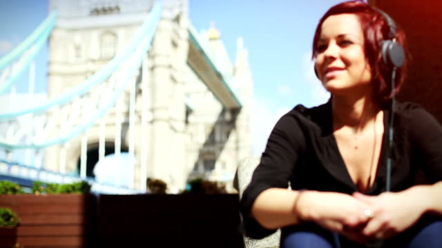 Turistico di donna dal Tower Bridge a Londra