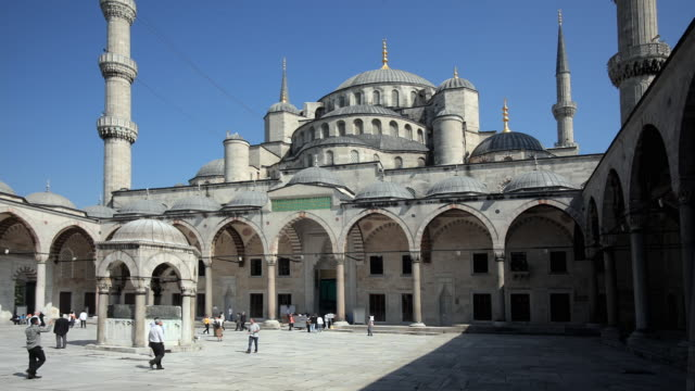 WS Tourists in Blue Mosque courtyard, Istanbul, Turkey