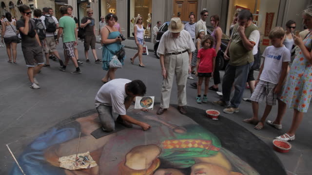 WS TD Tourists Watching Street Artist Painting on Sidewalk / Florence, Italy