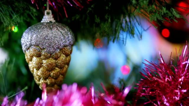 Spielzeug und Lichter auf der Christmas tree