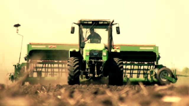 Traktor in einem warmen Dunst