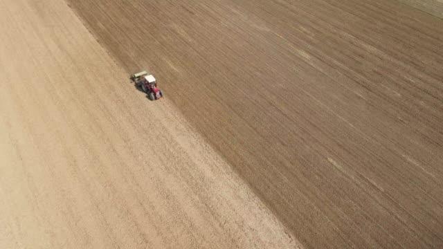 Traktor gepflügt ein kurzes Feld Flyover.