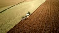 LUFTAUFNAHME : Traktor gepflügt ein Feld