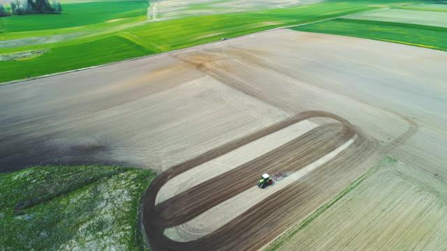 Traktor Pflügen landwirtschaftlichen Bereich.