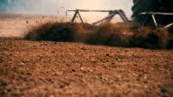 Traktor gepflügt Feld bei Sonnenuntergang