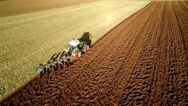 LUFTAUFNAHME: Traktor gepflügt Field
