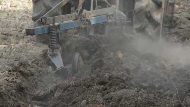 HD: Traktor gepflügt den Boden für den Anbau