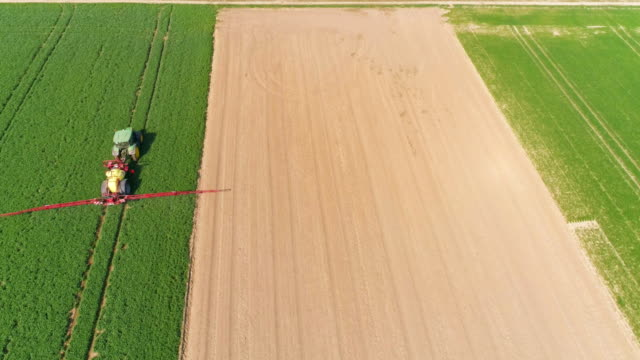 Traktor Ernte Feld im Frühjahr Flyover Spritzen