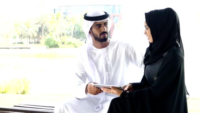 Traditionelle emiratische Junges Paar im Freien mit digitalen tablet-slowmotion