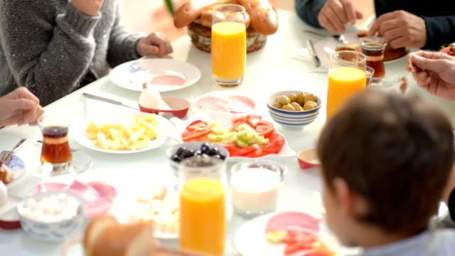 MONTAGGIO IN SEQUENZA: Tradizionale turca famiglia momenti migliori per la prima colazione