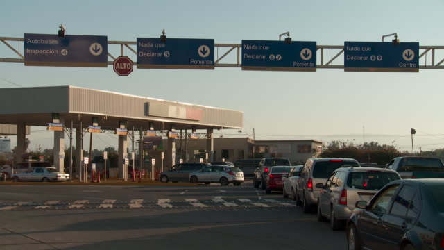 WS Traffic crossing into Mexico at US border