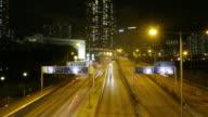 Verkehr in der Innenstadt von Hongkong bei Nacht, Zeitraffer verkleinern.