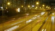 Verkehr in der Innenstadt von Hongkong bei Nacht, schwenken rechts Zeitraffer.