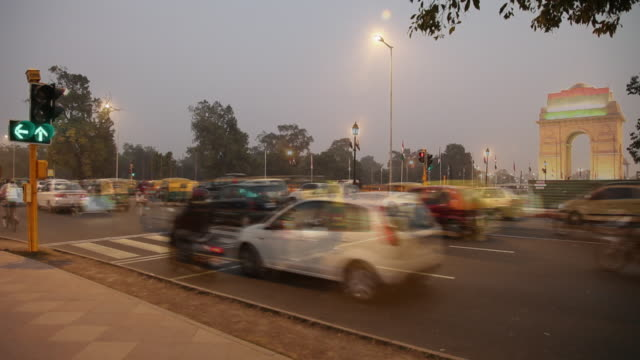 Traffic in front of India Gate