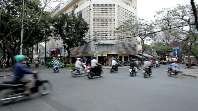 Stau mit einem überfüllten Motorroller und Personen