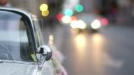 MEDIUM SHOT selektiven Fokus Verkehr Vorbeigehen weißen Oldtimer-Einrichtung für Hochzeit