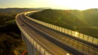 Verkehr auf dem Viadukt bei Sonnenuntergang