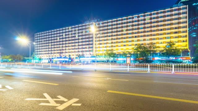 verkeer op straat en moder gebouwen stad in Peking bij nacht time-lapse 4k