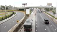 Traffico su autostrada a corsie multiple in Tailandia
