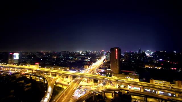 verkeer op de kruising van de weg in hangzhou bij nacht.