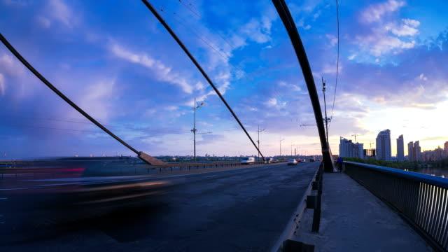 Verkehr über die Brücke bei Sonnenuntergang