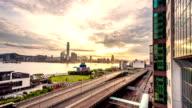 Verkehr in modernen Stadt mit Sonnenaufgang, Zeitraffer