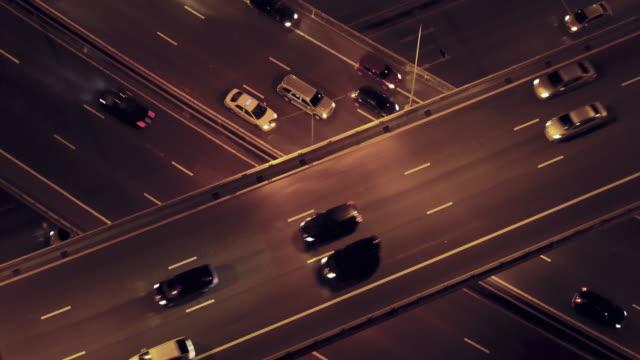 Bovenaanzicht van de verkeer nachts video 4k.