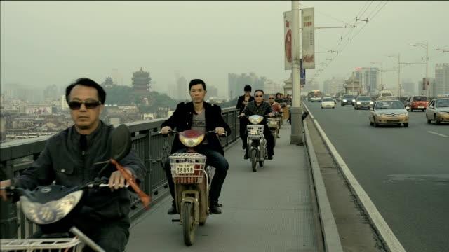 Verkehr und Motorräder fahren auf die Fußgängerzone in China