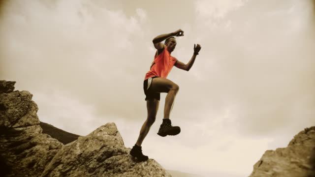 SLO MO Läufer springen aus dem rock