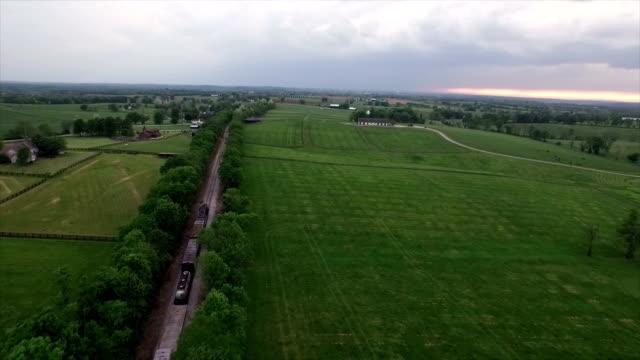 Antenne: Zug hinunter die Eisenbahn in Nashville