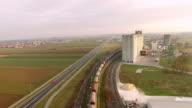 Luchtfoto trein rubriek via industriegebied