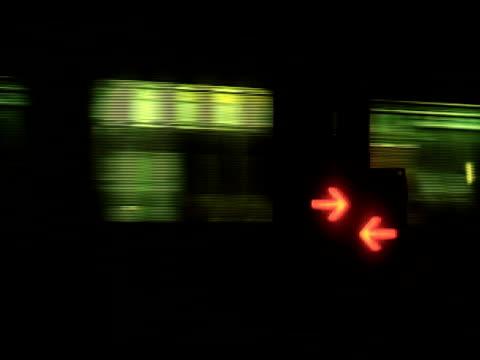 Züge fahren Bahnübergang bei Nacht