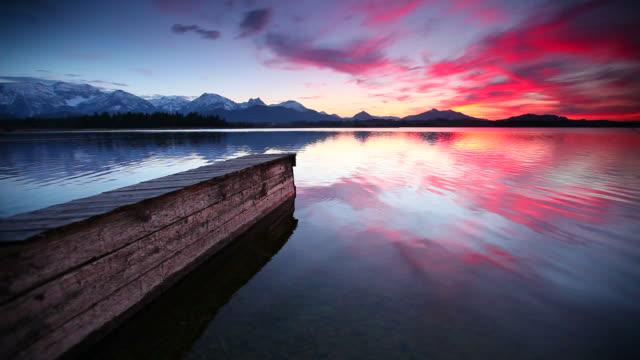 Tranquillo tramonto sul lago bannwaldsee in Baviera, Germania