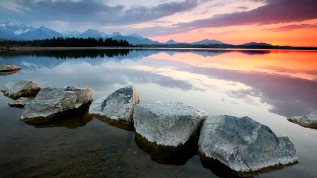 Besinnlichen Sonnenuntergang am See lake inawashiro in Bayern mit rocks- Deutschland