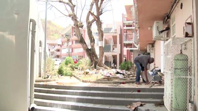 Tras el paso del huracan Irma los habitantes de San Martin intentan reconstruir lo que la tormenta les dejo casas sucias y destruidas cortes en los...