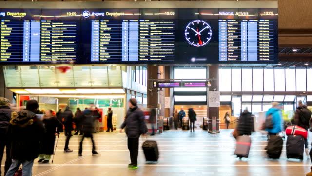 """Folla di viaggiatori all """"stazione ferroviaria centrale di Oslo durante le festività"""