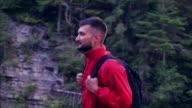 Reisende mit Rucksack auf einer Wanderung im Wald