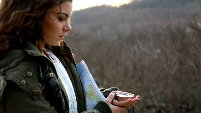 Resenären kvinna anläggning kompass