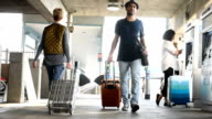 Reisende, die Trolleys bei der u-Bahnstation und Kauf von Tickets