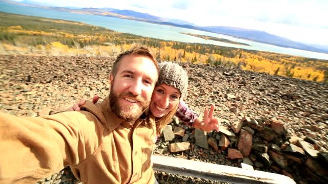 Viaggiare Giovane coppia prendendo selfie in montagna
