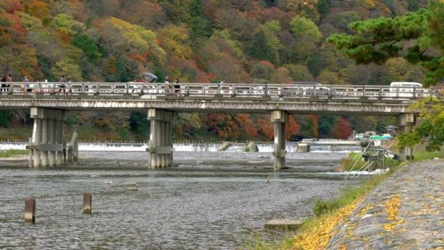 reiziger bezoeken Togetsukyo brug (brug van de kruising van de maan) in herfst seizoen, Shee, Kyoto, Japan