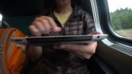 Reisende mit einem mobilen Gerät