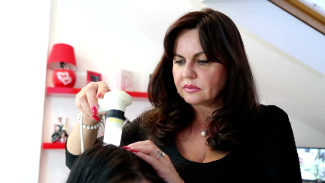 Trihoskopiya - is a method of hair examination using a special device