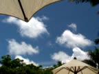 Tropische Wolken und Sonnenschirm